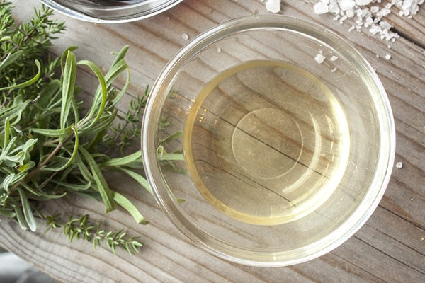 Holar - Blog - 5 Must-Have Vinegars in Your Kitchen and How to Use Them - White Wine Vinegar