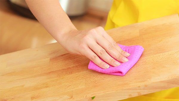 Holar - Blog - 11 Vinegar Cleaning Hacks You Have To Experience It Yourself - Clean Wood Cutting Board Using Vinegar