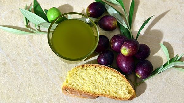 Holar - Blog - Facts About the Color of Olive Oil That Will Blow Your Mind - Is green olive oil the best